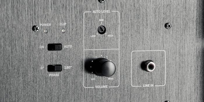 Per Pegelregler und Phasenschalter lässt sich der Subwoofer von Teufel an Raum und Anlage anpassen. Für die Tiefpass-Trennung ist der AV-Receiver zuständig.
