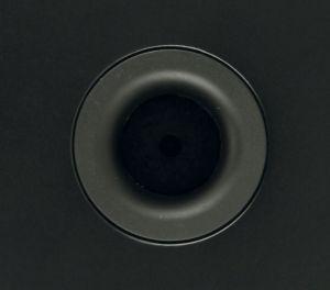 Ein Bassreflexrohr sorgt dafür, dass auch ein Teil des vom Tieftöner in das Gehäuse hinein abgestrahlten Schalls zur Wiedergabe genutzt werden kann.