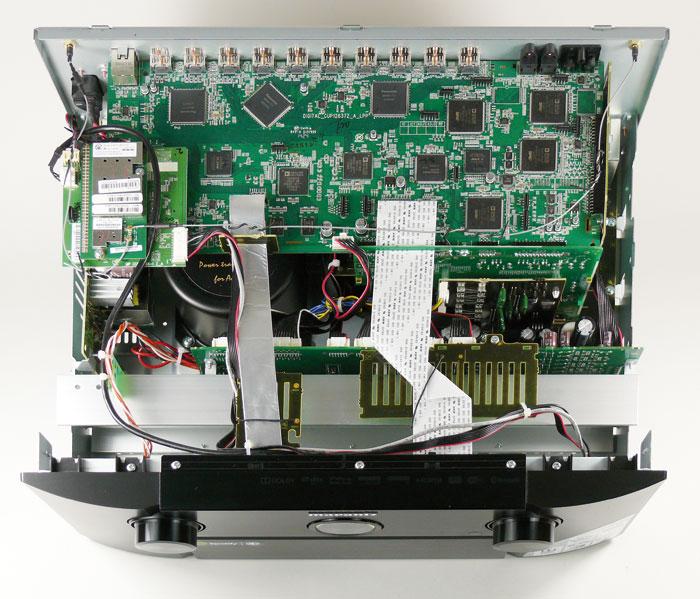 Obwohl die Vorstufe keine Leistungsverstärker beherbergt, ist ihr großzügiges Gehäuse randvoll mit Komponenten: Dies liegt vor allem am riesigen Ringkern-Transformator, der stets eine stabile Spannungsversorgung garantiert. Außerdem beansprucht die diskret aufgebaute Elf-Kanal-HDAM-Vorstufe mit Cinch- und symmetrischem XLR-Ausgängen viel Platz. Ganz oben thront die Hauptplatine, die unter anderem mit vier 32-Bit-Sharc-Signalprozessoren bestückt ist.