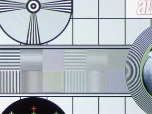 Etwas flau und leicht bunt: Die Optik des VPL-VW 300 löst native 4K-Testbildmuster problemlos auf. Sie erscheinen jedoch aufgrund der Drei-Chip-Projektion leicht gefärbt und etwas flau.
