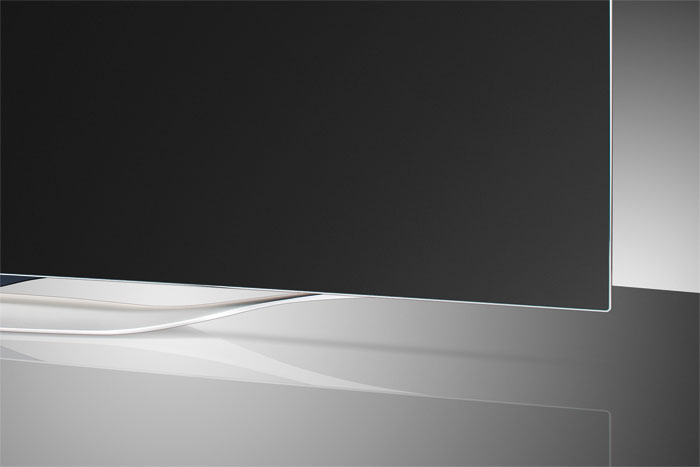 Beeindruckend: Der LG 55 EC 930 V kommt in einem eleganten und soliden Aluminiumgehäuse daher. Das OLED-Panel selbst ist nicht einmal sechs Millimeter dick und wird von einem silbernen Rahmen eingefasst.