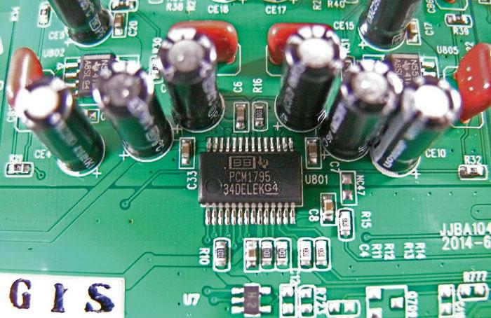 Hochwertige Komponenten: Detailaufnahme des 32-Bit-D/A-Wandlers PCM1795 von Burr Brown.