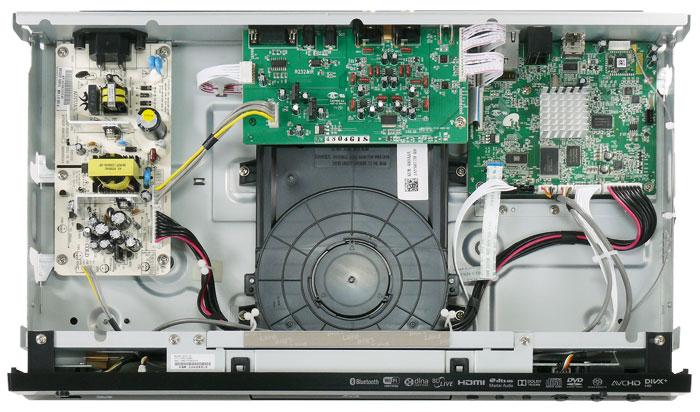 Solide aufgebaut: Die Innenansicht des Yamaha offenbart sein gekapseltes Laufwerk sowie den dreiteiligen Platinen-Aufbau bestehend aus Netzteil (links), Analog- (Mitte) und Digital-Board (rechts).