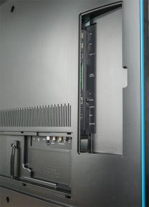 Aufgeräumt: Die Anschlussfelder lassen sich komplett abdecken, so dass der Loewe Connect 55 UHD auch mitten im Zimmer eine gute Figur macht. Allerdings ist die Rückseite kunststofflastig.