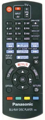 Gegenüber der Fernbedienung des Vorgängers fällt die rot-weiße Taste für den Streaming-Dienst Netflix auf. Dafür musste die Taste für das Pop-Up-Menü an die Seite ausweichen.
