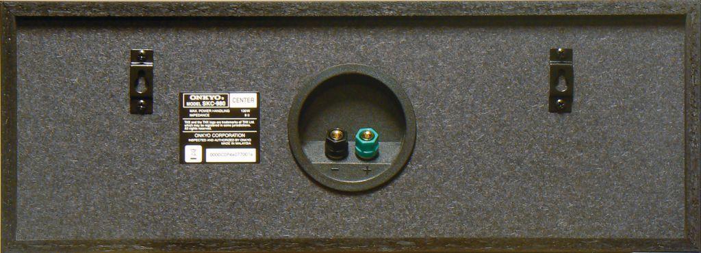Die Rückwände der Onkyo-Boxen bestehen aus schwarz durchgefärbtem MDF. Sowohl die Frontboxen als auch Center und Surrounds lassen sich über Blechösen an die Wand hängen.