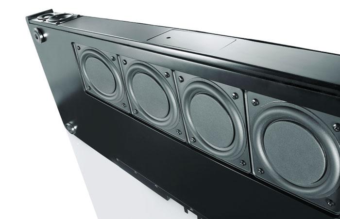 Ein Quartett aus zehn Zentimeter großen Flachmembran-Treibern an der Unterseite der Sounddecks erzeugt die tiefen Frequenzen. Oben links zu sehen sind der Mittel- und Hochtöner, die ein Metallgitter schützt.