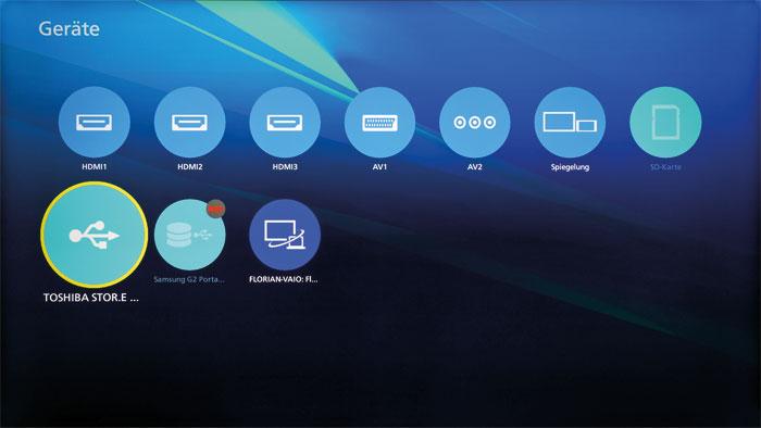 Alle Quellen im Blick: In der Geräteübersicht werden alle Anschlüsse und Verbindungsoptionen wie die Smartphone-Display-Spiegelung sauber dargestellt.