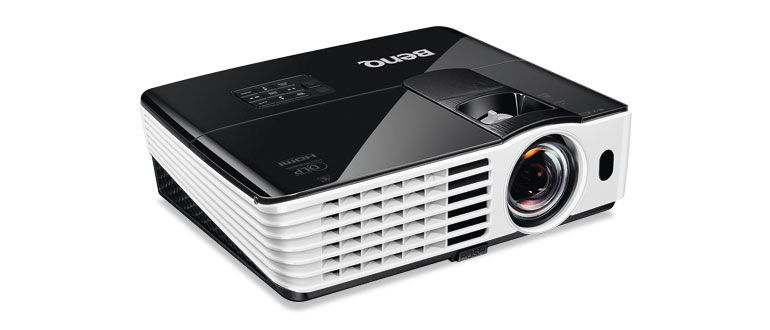 900 Euro: Aus kurzer Distanz projiziert der Benq TH 682 ST recht scharfe und bis zu 2.800 Lumen helle Full-HD-Bilder auf die Leinwand. Dem gegenüber stehen eher unnatürliche Farben.