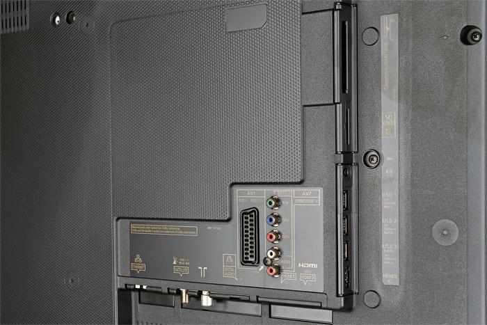 Eingespart: Im Vergleich zu Panasonics Spitzenmodellen kommt der TX-55 CXW 704 ohne den vierten HDMI-Port und Twin-Tuner daher. TV over IP ist dennoch an Bord.