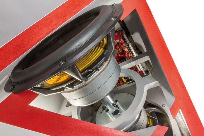 Die beiden gegenüberliegenden Chassis sind über eine massive Metallstange starr miteinander verbunden.