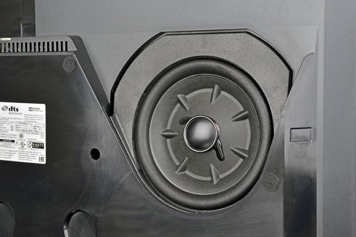 Dicker Brummer: Der sechseinhalb Zoll große Tieftöner auf der Rückseite des BeoVision Avant 55 verhilft der Soundbar zu einem soliden Bassfundament.