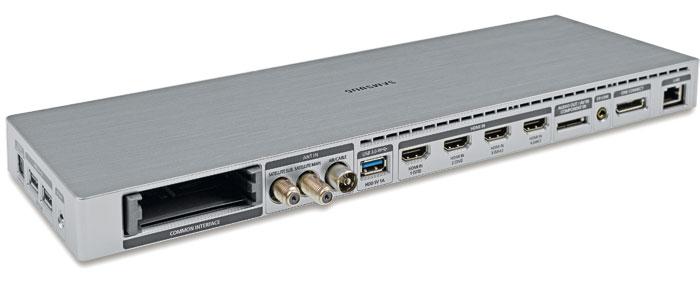 Anschluss gefunden: Die One-Connect-Box übernimmt bei den gehobenen Samsung-Fernsehern nicht nur die Signalverarbeitung, sie lässt sich dank des zwei Meter langen Kabels auch flexibel positionieren.