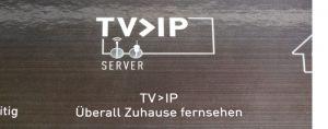 """Ein Aufkleber signalisiert, dass der Recorder das TV-Signal nach dem """"TV>IP""""-Standard streamt."""