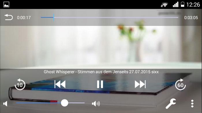 Die Darstellung der Videos erfolgt wahlweise im Hoch- oder Querformat. Der Info-Banner mit dem Namen der Sendung, Lautstärke und anderen Bedienelementen lässt sich ausblenden.