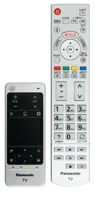 Licht und Leder: Panasonic hat seinen Touchpad-Controller überarbeitet; er ist jetzt gewölbt und das Tastenfeld besteht aus einem gummiartigen Material in Lederoptik. Die klassische Fernbedienung ist beleuchtet.