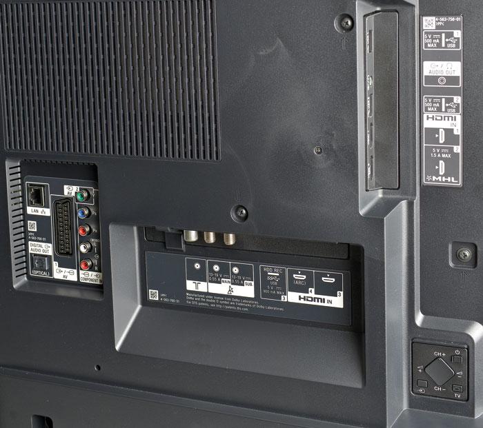 Die Anschlüsse des X8505C sind in mehrere Sektoren unterteilt. Neben vier HDMI-2.0-Ports spendiert Sony dem Einstiegsmodell sogar einen DVB-T2-fähigen Twin-Tuner.