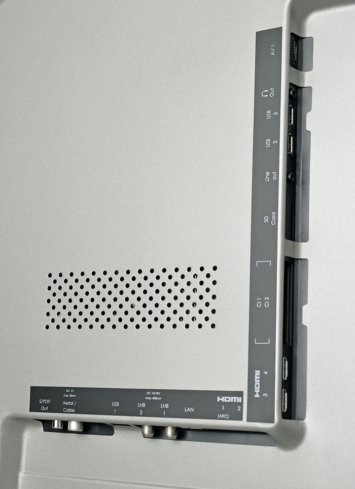 Antike Moderne: Auf der Rückseite finden sich primär digitale Anschlüsse, HDMI 2.0 wird aber nicht unterstützt. Dafür gibt es einen Twin-Tuner inklusive zweier CI+ Buchsen.