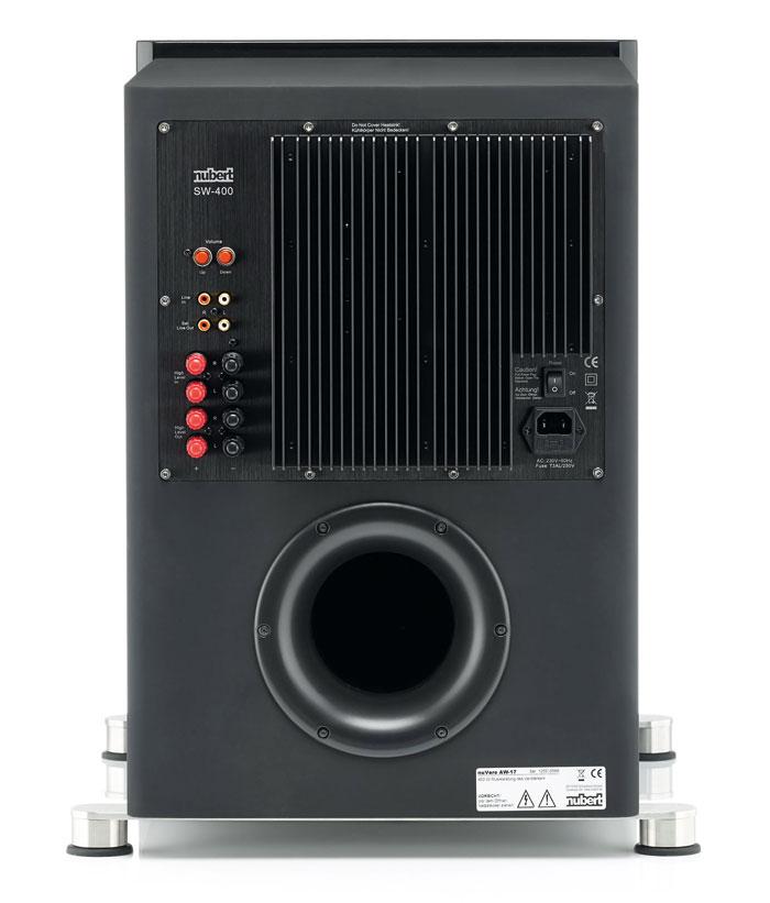 Außer Lautstärke-Tastern gibt es am Bedienfeld des nuVero-Subs keinerlei Bedienelemente. Durch seine Hochpegel-Anschlüsse eignet sich der Sub auch für Stereo-Setups.