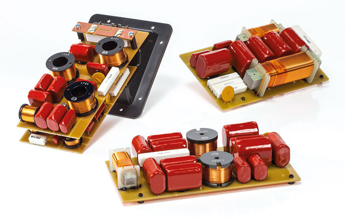 Hier wird Klang gemacht: Die Frequenzweiche der nuVero 140 verteilt sich über unglaubliche vier Platinen, die zudem dicht mit Bauteilen bestückt sind.