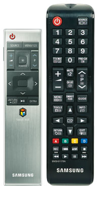 Perfektes Paar: Während die Smart Control mit Bewegungssensor ihre Stärken vor allem im Multimedia-Betrieb ausspielt, erleichtert Samsungs klassische Fernbedienung das Zappen und die Geräteeinstellungen.
