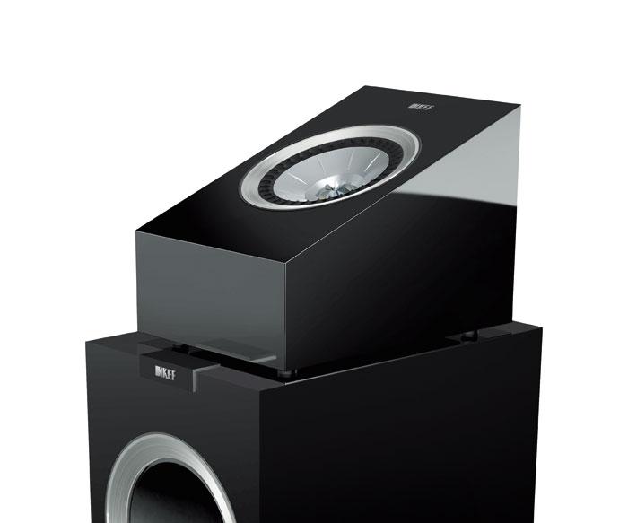 Die Atmos-Aufsatz-Boxen R50 von KEF werden bei unserem Set auf die vorhandenen Lautsprecher R700 und R500 gestellt. Die Module strahlen schräg zum Hörplatz an die Decke und sorgen für einen überraschend guten Höhen-Sound.