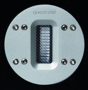 Durch das Schutzgitter ist das gefaltete Bändchen des Quadral-Hochtöners aus hauchdünner Aluminium-Folie zu erkennen.