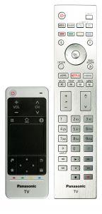 Der Alu-Fernbedienung mit beleuchtete Tasten legt Panasonic den handlichen Touchpad-Controller zur Seite. Die Oberfläche in Lederoptik sieht edel aus, fühlt sich aber wie Gummi an.