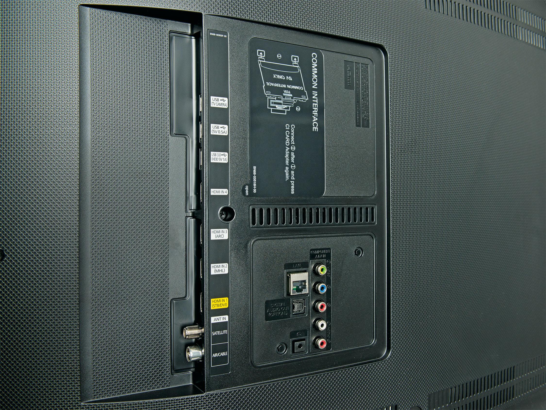 An HDMI-Eingängen mangelt es beim UE 48 JU 6550 nicht, allerdings verzichtet Samsung auf die One-Connect-Buchse. Den Twin-Tuner findet man ebenfalls nur bei den teureren Modellen.