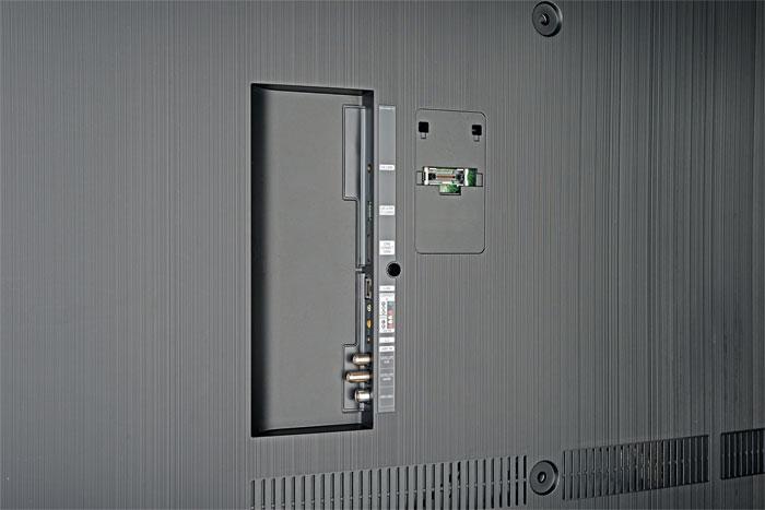 Der TV-Empfang inklusive CI+ Entschlüsselung sowie die Verarbeitung analoger AV-Signale obliegt dem Fernseher selbst. Auf der Rückseite findet sich auch ein USB-Anschluss, der für die optionale Skype-Kamera VG-STC 5000 gedacht ist.