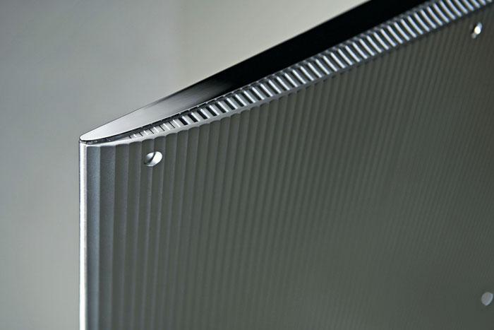 Schöner Rücken: Dank der Lamellen und der dezenten Krümmung sieht der Samsung JS 9090 auch von hinten gut aus. Eine Wandmontage ist problemlos möglich.