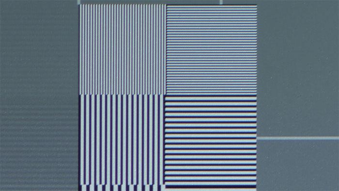 Herausragend: Dank des hohen Im-Bild-Kontrasts und der akkurat fokussierenden Zoom-Optik projiziert der Ein-Chip-DLP selbst feinste Linienmuster messerscharf.