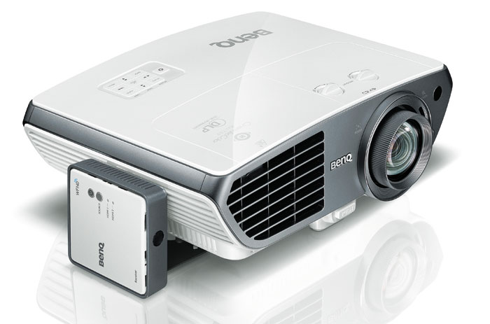 Der BenQ  W3000 für 1.800 Euro kann optional auch für den Drahtlos-Empfang via WFHD-Kit (Kästchen links) aufgerüstet werden.