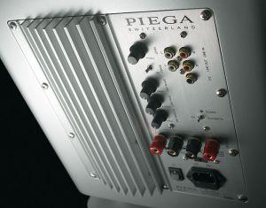 Fürs Heimkino ist der Piega-Woofer üppig ausgestattet und bringt auch Hochpegel-Eingänge mit. Per Bass-EQ-Regler lässt er sich an den Aufstellungsort anpassen.