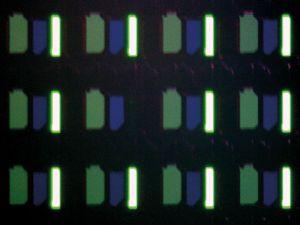 Unter die Lupe genommen: Wie alle bisher getesteten OLED-TVs hat auch der neue Panasonic TX-65 CZW 954 mit Subpixel-Fehlern zu kämpfen – jede Grundfarbe bringt mindestens einen toten Bildpunkt zum Vorschein.