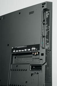Immer noch üppig bestückt: Panasonic tröstet mit dem Twin-Tuner sowie zahlreichen Eingängen über den gestrichenen SD-Kartenslot und DisplayPort hinweg.