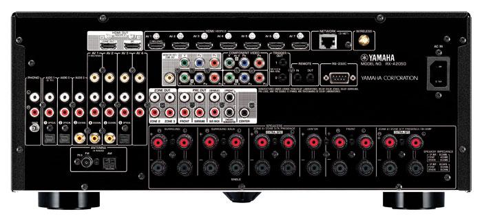 Der Yamaha RX-A2050 bietet elf Lautsprecherklemmen, von denen aber maximal neun zeitgleich aktiv sind. Neben 7.2-Vorverstärkerausgängen sind Pre-outs für Hörzone 2 und 3 an Bord; wo einst der 7.1-Mehrkanaleingang saß (neben den Pre-outs), klafft nur eine Lücke. Digitale wie analoge Eingänge inklusive Phono sind ausreichend vorhanden.