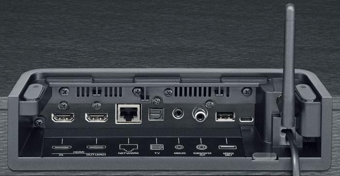 Eine kleine Antenne auf der Gehäuserückseite verrät, dass das Yamaha-Sounddeck auch per WLAN eingebunden werden kann. Zudem beherrscht die Box AirPlay.