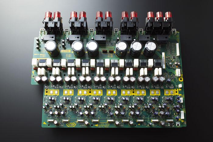 Identischer Aufbau: Die Endstufenplatine des SC-LX89 ist mit gleichwertigen Bauteilen samt Direct FET- Leistungsverstärker für jeden der neun Kanäle bestückt.