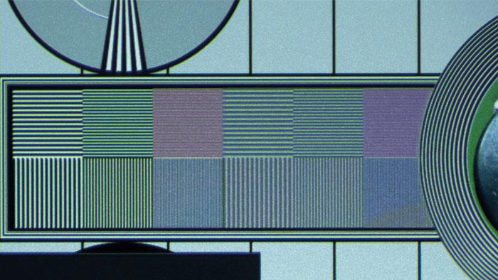 UHD-Testbild: Native Linienpaare des UHD-Testbilds erscheinen zwar etwas flau und leicht gefärbt, werden vom Sony aber bis in die Bildecken aufgelöst. Eine Full-HD-Projektion unterschlägt die viermal feineren Details komplett und wirkt auf der Leinwand gröber gestuft.
