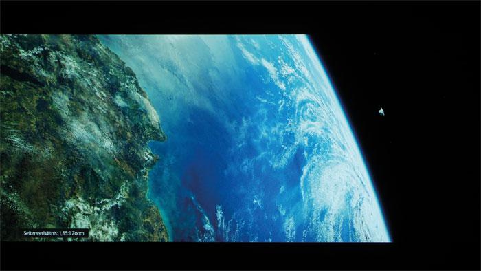"""Tiefstes Schwarz: Schon ohne Iris und dynamische Kontrastfunktion zeigt der Sony in """"Gravity"""" funkelnde Sterne und intensive Farben vor einem tiefschwarzen Weltall. Mit Iris lässt sich der Bildkontrast weiter steigern, was jedoch Helligkeit kostet."""