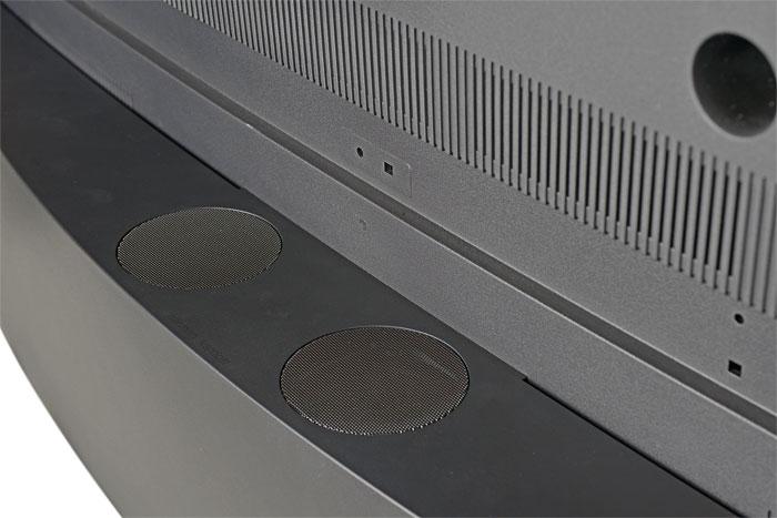 Luft für tiefe Bässe: Im halbmondförmigen Sockel auf der Rückseite sitzen zwei Langhub-Tieftöner für satte Bässe, nach vorne strahlen Bassreflexöffnungen.