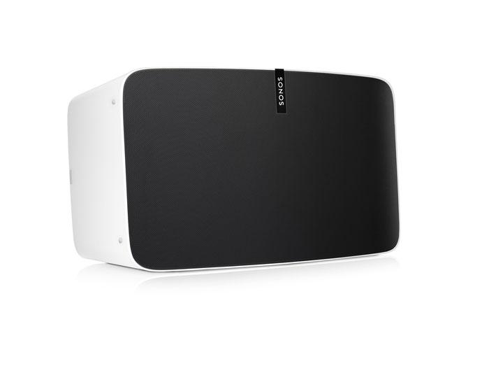 Die Oberfläche des in Schwarz und Weiß erhältlichen Play:5 hat Sonos mit rund 60.000 Löchern überzogen.