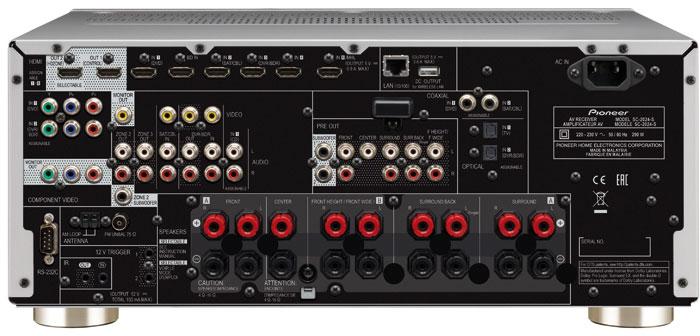 Bei den Anschlüssen fällt auf, dass der Pioneer über neun Lautsprecher-Terminals und ebenso viele Vorverstärker-Ausgänge verfügt: Je nach Einstellung gibt er entweder an den Surround-Back- oder Height/Wide-Klemmen Signale aus. Etwas unpraktisch ist der hinten sitzende HDMI-MHL-Anschluss für Smartphones.