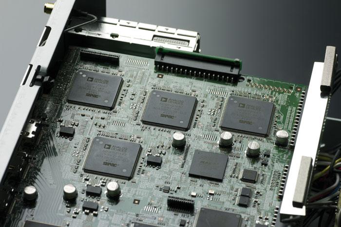 Vier leistungsstarke SHARC-DSP-Prozessoren der 4. Generation sorgen für die digitale Signalverarbeitung.