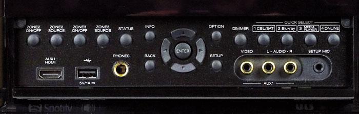 Unter der Frontklappe des AVR-X6200W sitzen ein zusätzlicher HDMI- und ein FBAS-Eingang sowie die Buchsen für einen USB-Stift, den Kopfhörer und das Einmess-Mikro. Die Tasten steuern alle Grundfunktionen des Geräts.