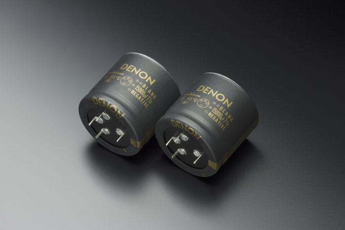 Bei den Bauteilen setzt Denon hochwertige Blockkondensatoren mit je 15.000 Mikrofarad ein.