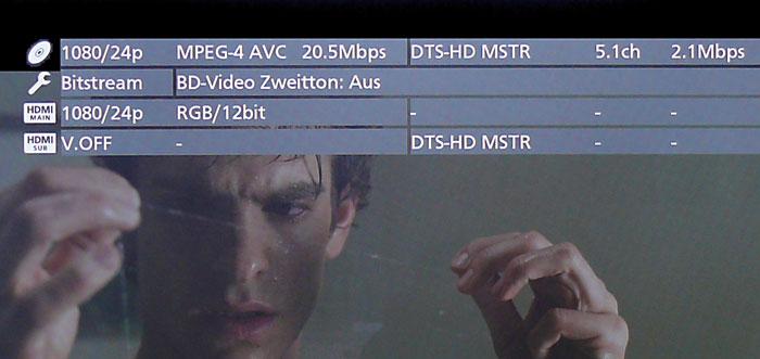 Mitteilungsfreudig: Der Panasonic-Player BDP 570 informiert sowohl über die auf der Disc verwendeten Audio- und Videocodecs inklusive der Bitraten (oberste Zeile) als auch darüber, welche AV-Signale an den jeweiligen HDMI-Ausgängen (unterste beiden Zeilen) ausgegeben werden.