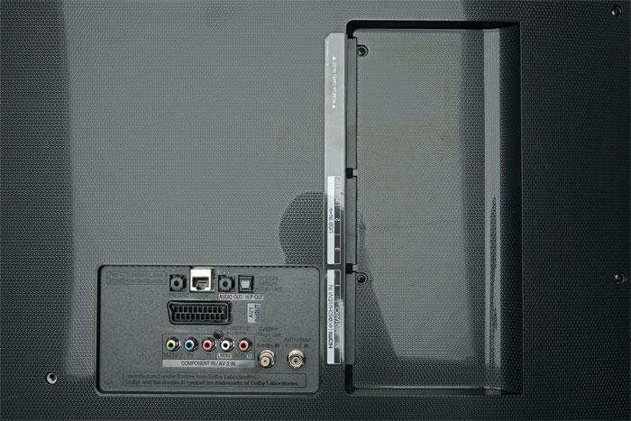 Anschlüsse und Akustik: Auf der Rückseite des PUS 7600 befinden sich nicht nur die Schnittstellen, sondern auch das Lautsprecher-System mit nun zwei Tieftönern.