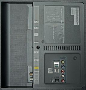 Zero Connect: Samsung verzichtet beim UE 55 JU 6850 auf die One-Connect-Buchse, stattet ihn ansonsten aber mit allen wichtigen Anschlüssen aus.
